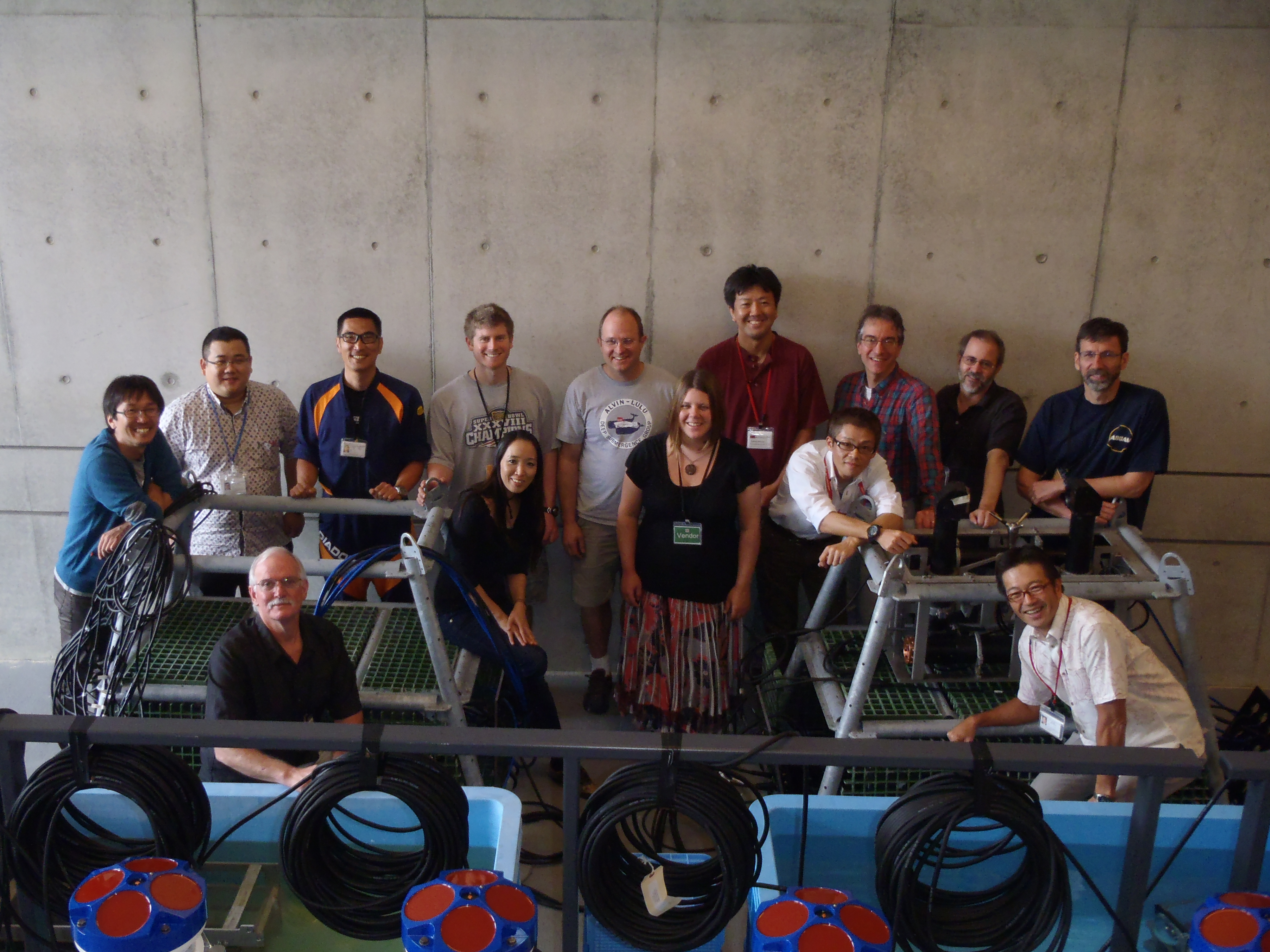 OISTと米国ウッズホール海洋研究所のスタッフが連携して観測機器を設置