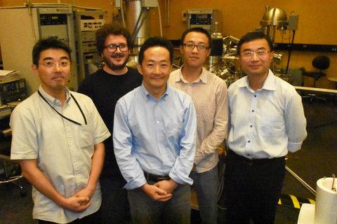 キャプション:今回の研究に携わったエネルギー材料と表面科学ユニットの研究者たち。左から、大野勝也博士、エミリオ・フアレス・ペレス博士、シェンハオ・ワン博士、ジャン・イェン博士、ヤビン・チー准教授