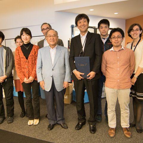 Mr. Fujio Mitarai, chiarman and chief executive of Canon Inc. (middle), and the members of the OIST Marine Biophysics Unit.
