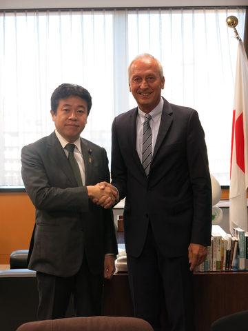 鶴保庸介 沖縄及び北方対策担当大臣(左)とピーター・グルース博士(右)